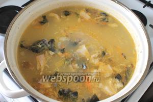 Добавить зажарку и рыбу в суп.