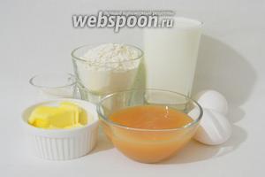 Для приготовления яблочных блинчиков возьмём муку, молоко, яблочное пюре, яйца, масло сливочное или подсолнечное, соль, сахар, разрыхлитель.