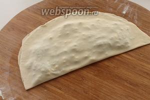 Накрыть начинку второй половиной теста, лёгонько похлопнуть ладонью пирожок по всей поверхности, чтобы вышел воздух и хорошенько закрепите края, чтобы расплавленный сыр в процессе обжарки не вытек на сковороду. Лишнее тесто срезать.