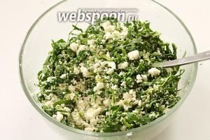 Соединить оба ингредиента. Если сыр не очень солёный, то посолить начинку по вкусу.