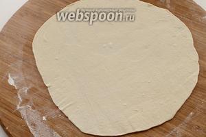 Раскатать шарик в как можно тонкую лепёшку. Вообще, размер лепёшки зависит от диаметра сковороды, на которой вы будете жарить пирожки. Если ваша сковорода не очень большая, то раскатайте лепёшку в размер посуды, или положите на раскатанную лепёшку тарелку и обведите её ножом, чтобы получить маленький диаметр теста.