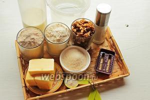 Для крекеров возьмём: муку овсяную, пшеничную, грецкие орехи, патоку, масло (размягчённое), сахар, молоко, соль, разрыхлитель.