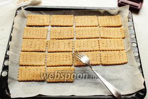 Выложить крекеры (можно близко, они практически не увеличиваются) на застеленный противень. Выпекать в разогретой до 170°C духовке 12-15 минут. Крекеры после выпечки остаются светлыми.