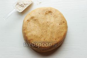 Замесить мягкое, эластичное (очень приятное) тесто. Если тесто сухое добавить ещё молока, если слишком мягкое — муки, но не перестарайтесь!