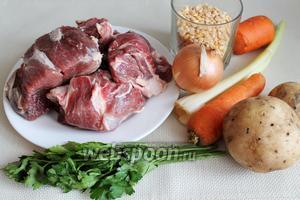Для приготовления супа взять горох, баранину, картофель, морковь, сельдерей, лук, сало копченое, петрушку.