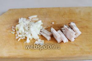 Приготовить заправку, она же будет и украшением поверхности супа. Тонко порезать копчёную грудинку или копчёное сало, мелко нарезать лук.