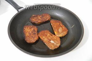 В сковороде растапливаем сливочное масло и обжариваем в нём гренки с двух сторон до золотистой корочки.