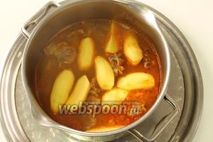 Закрыть крышку и варить до готовности картошки.