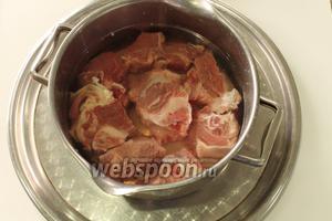 Куски мяса промыть, залить холодной водой (!) и поставить на огонь. Но «вахту» не покидаем, подождать пока появится пенка. Снять её, затем прокипятить ещё 30 минут и процедить бульон.
