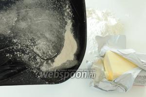 Сразу выстилаем форму пекарской бумагой, или смазываем маслом и припудрим все поверхности мукой.