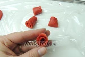 Пальцами развернём немного лепестки роз.