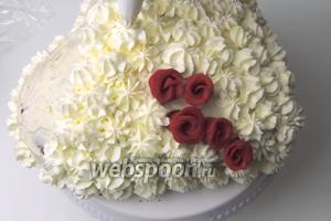 Украшаем торт: выкладываем марципановые розочки, при помощи кулинарного мешка или шприца с желаемой насадкой высаживаем розочки из взбитых сливок по поверхности.
