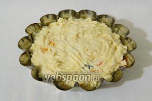 Форму для выпечки смазываем маслом и высыпаем в неё тесто.