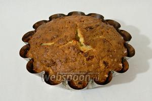 Выпекаем кекс при температуре 170°C около 30 минут, проверяем кекс шпажкой, она должна остаться сухой.
