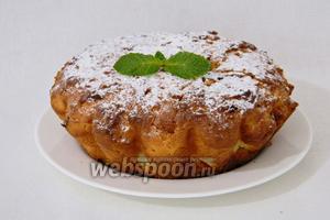 Готовый кекс охлаждаем, вынимаем из формы, посыпаем сахарной пудрой и подаём. Приятного чаепития!