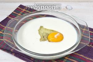 Соединить кефир и яйцо.