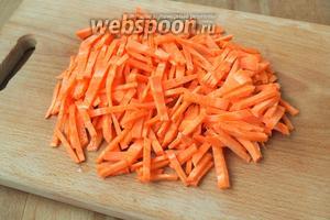 Морковь нарезать крупной соломкой.