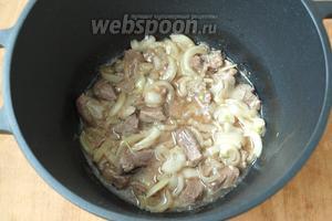 В казан налить подсолнечное масло и хорошо разогреть.Положить мясо и немного обжарить, добавить лук нарезанный полукольцами. Жарить до золотистого цвета помешивая.