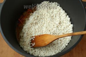 Рис хорошо промыть и выложить ровным слоем поверх мяса с нутом.