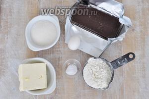 Масло должно быть комнатной температуры, ещё потребуется мука, яичный желток, сода (будем гасить уксусом), мука, шоколад, капелька соли, немного коньяку и сливки.