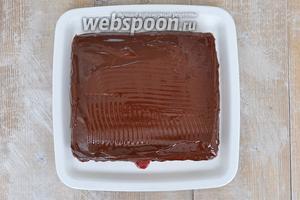 Покрыть торт шоколадной глазурью.