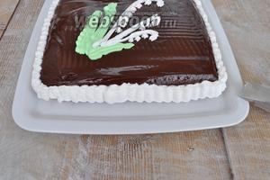 Нарисовать ландыш и оформить боковую поверхность торта.
