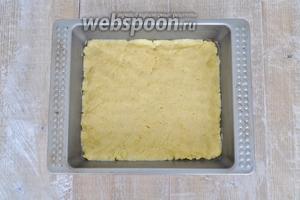 Охлаждённое тесто разделить на 2 части сформировать руками коржи и выпекать при 180°C 15 минут.