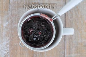 Оставшееся варенье процедить, для покрытия верхнего коржа ягоды не нужны, так как на него мы будем выкладывать шоколадную глазурь, а поверхность должна быть ровной!
