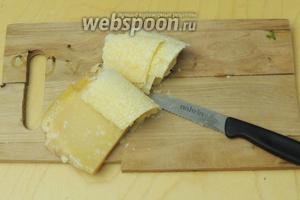 Сыр Сбринц режем очень тонко ломтиками.