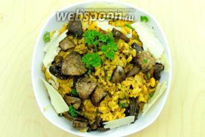 Ризотто с пореем и шампиньонами сервируем горячим, кладя в тарелку рис, а сверху грибы. Присыпаем нарезанной петрушкой и ломтиками сыра Сбринц, можно заменить на Пармезан. Приятного аппетита!