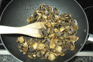 Тем временем, пока тушится рис, поджарим четвертинки шампиньонов в 1 ст. л. сливочного горячего масла. Готовим не долго, чтобы не вышла вся жидкость из грибов, они должны оставаться сочными.