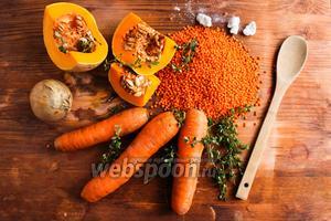 Для супа вам потребуется морковь, тыква, красная чечевица, веточки свежего тимьяна и средняя луковица.