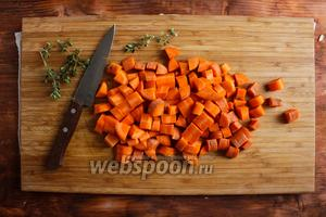 Морковь порубите не небольшие кусочки размером 1 см.