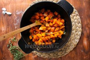 Приправьте лук чёрным перцем и добавьте в кастрюлю морковь и тыкву. Присыпьте половиной листиков тимьяна и перемешайте. Прикройте крышкой кастрюлю и продолжайте пассеровать овощи на среднем огне, помешивая их каждую минуту. Готовьте овощи таким образом в течение 15 минут. Нам нужно, чтобы овощи медленно готовились в парах масла. Они должны становиться мягкими, но не зажариваться до золотистости.