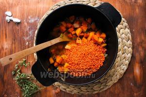 После этого добавьте в кастрюлю чечевицу и влейте горячую воду (1л). Если у вас была крупная морковь, вам потребуется на 100-200 мл больше воды. Увеличьте огонь и когда вода закипит, уменьшите огонь и варите суп до готовности 20-25 минут.