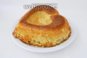 Остывший кекс вынимаем из формы и подаём, украсив на свой вкус сахарной пудрой, глазурью или ягодами. Приятного чаепития!