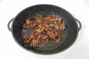 Накрываем сковороду крышкой и ставим на слабый огонь. Когда появятся признаки закипания жира, убавляем огонь на минимум и томим желудки в течении 3 часов.