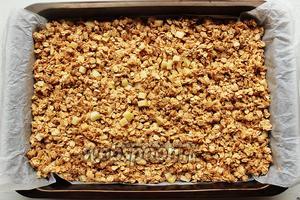 Выложить ровном слоем на застеленный противень. Поставить в разогретую до 170°C духовку на 40-50 минут.