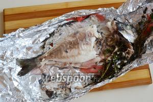Отделите филе от готовой рыбы и подавайте, полив горячим шпинатным соусом.