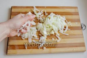 Нарежьте лук, немного посолите и подавите руками. Так лук быстрее станет мягким.