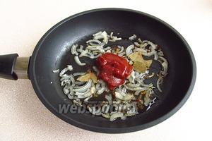 Добавить к луку томат-пюре, уксус, сахар и разломанный на кусочки лавровый лист.