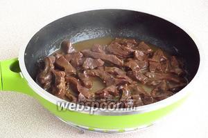 Сковороду накрыть крышкой и тушить на слабом огне в течение 2–3 часов (в зависимости от возраста животного).