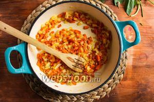 Поставьте на средний огонь глубокую сковороду или кассероль и плесните оливкового масла. Когда масло нагреется, добавьте в сковороду лук, морковь и чеснок. Готовьте, помешивая, около 7 минут, чтобы овощи немного размягчились.