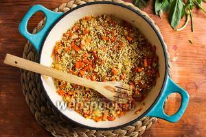 Добавьте в сковороду перловую крупу и пассеруйте, помешивая, в течение 2-3 минут.