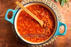 Затем добавьте в сковороду томатную пасту, рубленные консервированные помидоры, сладкий перец и влейте 800 мл горячей воды. По мере необходимости, доливайте горячую воду. В общей сложности вам может потребоваться около 200-400 мл горячей воды.
