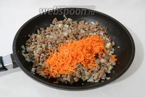Затем высыпаем морковь и готовим на среднем огне до её мягкости.