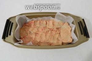 Форму для террина (у меня форма для выпечки хлеба) прокладываем пергаментом. Плотно складываем куски фуа гра слоями и каждый слой солим и перчим по вкусу. По желанию добавляют коньяк.