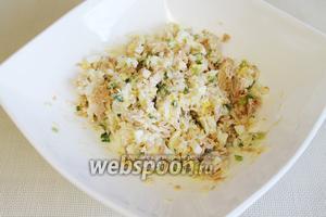 Перемешать. Подавать в общем салатнике или порционно, присыпав поверхность тонкой сырной стружкой.