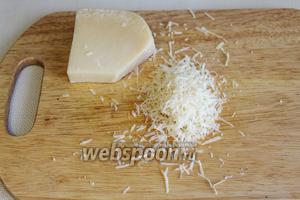 Поставить варить яйца и рис. Тем временем натереть сыр на мелкой тёрке.