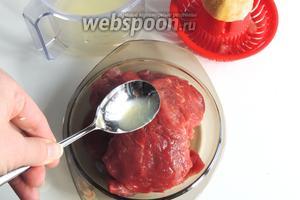 Из лимона выжмем сок и зальём каждый кусок мяса. Сока понадобится около 3 ст. л. Отставим в сторону.
